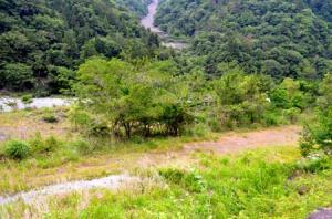 オフロードコースが整備される予定の河川敷=早川町保
